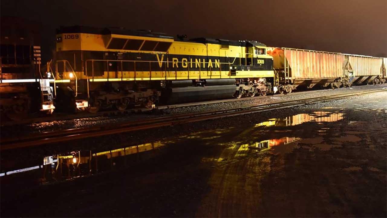 Norfolk Southern Virginian Heritage Unit on rails in Geneva (photo)